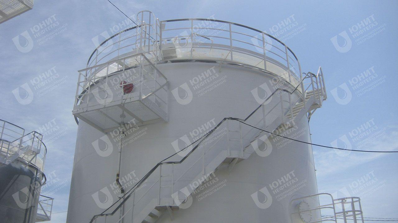 Резервуар вертикальный с кольцевой лестницей